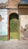 Nieociosany drzwi w antycznym miasteczku i domu zdjęcia royalty free