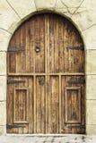 Nieociosany i drewniany wejściowy drzwi Zdjęcia Royalty Free