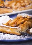 Nieociosany jabłczany tarta z morelowym glazerunkiem sproszkowanym cukierem i Zdjęcie Stock