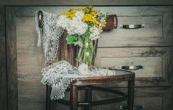 Nieociosany krzesło z kwiatami w wazie z Retro koronką i Fotografia Stock