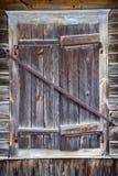 Nieociosany okno stary drewniany dom Fotografia Stock