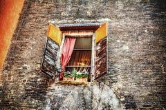 Nieociosany okno w ściana z cegieł w Bologna Obrazy Stock