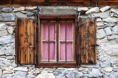 Nieociosany okno w starej wysokogórskiej budzie Obrazy Stock