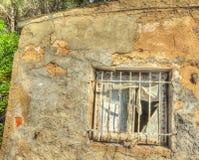Nieociosany okno w starym domu w lesie Obrazy Royalty Free