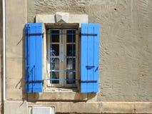 Nieociosany okno z błękitnymi żaluzjami Obraz Royalty Free