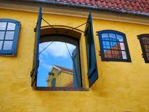 Nieociosany okno z drewnianymi zewnętrznymi żaluzjami Zdjęcie Royalty Free