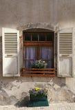 Nieociosany okno z starym drewnem zamyka w kamiennym wiejskim domu, Switz Fotografia Stock