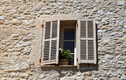 Nieociosany okno z starym drewnem zamyka w kamiennym wiejskim domu, Udowadnia Fotografia Stock