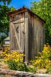 Nieociosany Outhouse z kwiatami Zdjęcia Stock