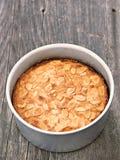 Nieociosany szwedzki migdału tort w wypiekowej cynie Zdjęcie Royalty Free