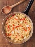 Nieociosany tradycyjny włoski aglio olio spaghetti makaron Zdjęcia Royalty Free