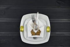Nieociosany Wielkanocny miejsca położenie z białym crockery na ciemnym drewno stole z królika królika kształta drewnianymi dekora Obrazy Royalty Free