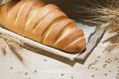 Nieociosany wyśmienicie aromatyczny świeży baguette, bochenek i banatka na drewnianym stołowym copyspace, tekst przestrzeń piec,  obrazy stock