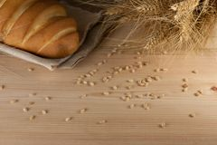 Nieociosany wyśmienicie aromatyczny świeży baguette, bochenek i banatka na drewnianym stołowym copyspace, tekst przestrzeń piec,  obraz royalty free