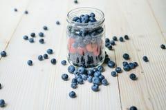 Nieociosany zdrowy śniadanie z czarną jagodą i truskawką w szkle na drewnianym stole Szkło dojrzałe jagody Obrazy Stock