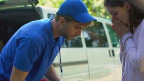 Nieodpowiedzialnie deliveryman przypadkowo opuszcza kruchego pakuneczek, pracownika błąd zbiory