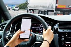 Nieodpowiedzialnie kierowca texting podczas gdy jadący ryzykujący wypadek zdjęcie royalty free