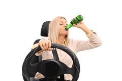 Nieodpowiedzialnie kobieta pije i jedzie Zdjęcie Royalty Free