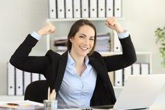 Niepłonny bizneswoman patrzeje kamerę przy biurem fotografia stock