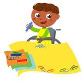 Niepełnosprawna etniczna chłopiec rysuje szczęśliwie Zdjęcia Royalty Free