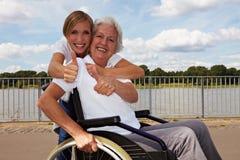 niepełnosprawna mienia pielęgniarki kobieta Zdjęcia Royalty Free