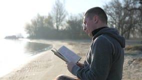 Niepełnosprawna osoba trzyma biblię w rękach, wiary nadzieja, chora osoba ono modli się, nieważny w wózku inwalidzkim z świętą ks zbiory wideo