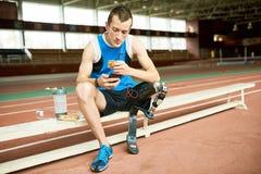 Niepełnosprawna sportowa łasowania kanapka na przerwie obraz stock