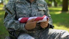 Niepełnosprawna stróża pokoju mienia flaga amerykańska, kraj duma, poświęcać bohatera zdjęcie wideo