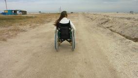 Niepełnosprawne przejażdżki w wózku inwalidzkim wzdłuż plaży zdjęcie wideo