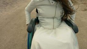 Niepełnosprawne przejażdżki w wózku inwalidzkim wzdłuż plaży zbiory