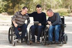 Niepełnosprawni przyjaciele z cyfrowym notatnikiem Fotografia Royalty Free