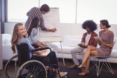 Niepełnosprawny żeński kierownictwo z drużynowym planowaniem w kreatywnie biurze zdjęcie stock