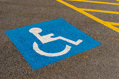 Niepełnosprawny błękitny parking znak Zdjęcie Stock