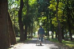 Niepełnosprawny bezdomny mężczyzna bez jeden nogi obraz stock