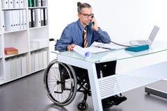 Niepełnosprawny Biznesowy mężczyzna w wózku inwalidzkim Obrazy Royalty Free