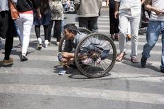 Niepełnosprawny mężczyzna błaga na crosswalk, Szanghaj Fotografia Royalty Free