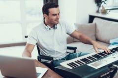Niepełnosprawny mężczyzna Komponuje piosenkę z Elektrycznym pianinem zdjęcia stock