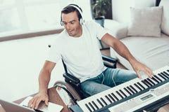 Niepełnosprawny mężczyzna Komponuje piosenkę z syntetykiem zdjęcie royalty free