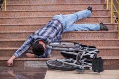 Niepełnosprawny mężczyzna na wózku inwalidzkim ma kłopot z schodkami fotografia royalty free