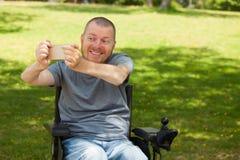 Niepełnosprawny mężczyzna robi selfie obraz royalty free