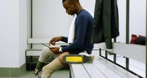 Niepełnosprawny mężczyzna używa cyfrową pastylkę w odmienianie pokoju 4k zdjęcie wideo