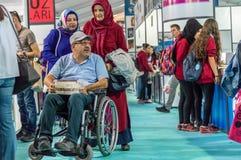 Niepełnosprawny mężczyzna w wózka inwalidzkiego kupieniu rezerwuje w Eskisehir targi książki zdjęcie stock