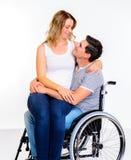 Niepełnosprawny mężczyzna w wózku inwalidzkim i jego żonie obraz royalty free