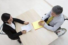 Niepełnosprawny męski kandydat w akcydensowym wywiadzie Obraz Stock