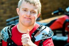 Niepełnosprawny motocross jeździec robi aprobatom zdjęcie stock