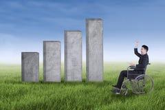 Niepełnosprawny przedsiębiorca z biznesową mapą w łące Zdjęcia Royalty Free