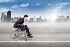 Niepełnosprawny przedsiębiorca z wózkiem inwalidzkim outdoors Zdjęcie Stock
