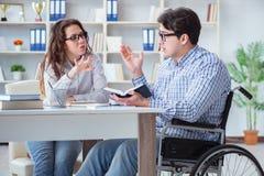 Niepełnosprawny studencki studiowanie i narządzanie dla szkoła wyższa egzaminów Obraz Royalty Free