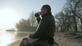 Niepełnosprawny zakończenie pije kawę, portret osamotniona męska kaleka dalej zbiory wideo
