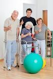 Niepełnosprawni Starsi ludzie Z trenerem Pokazuje kciuki Fotografia Stock